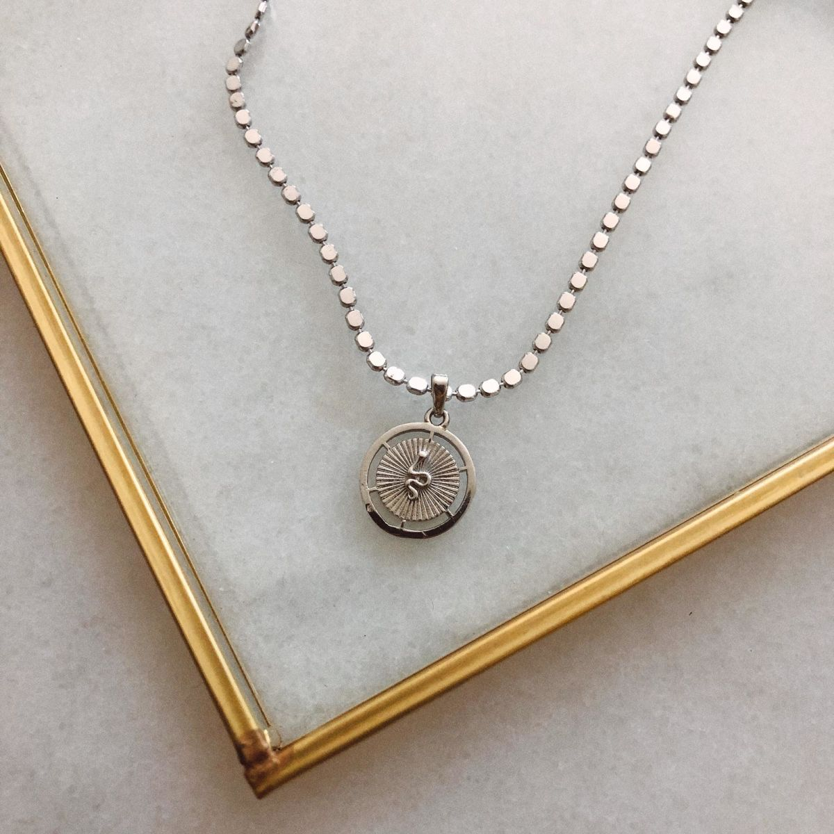 B Yılan Figürlü Madalyon Kolye