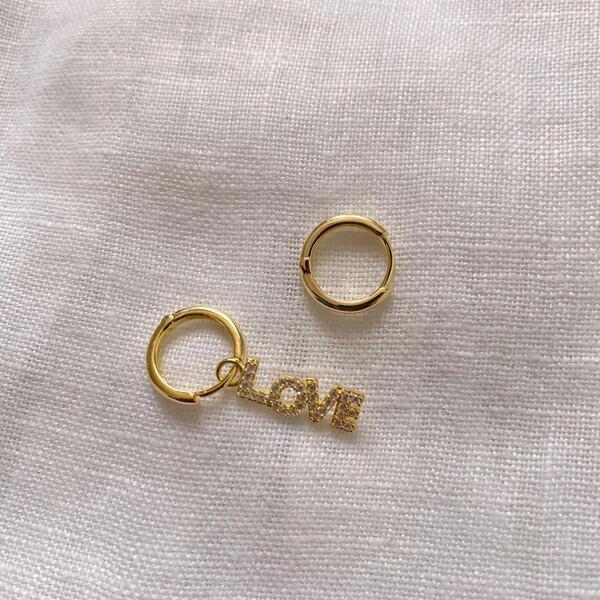 Fi Season - Halkalı Beyaz Taşlı Love Yazılı Küpe   925 Gümüş