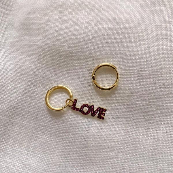 Fi Season - Halkalı Pembe Taşlı Love Yazılı Küpe   925 Gümüş