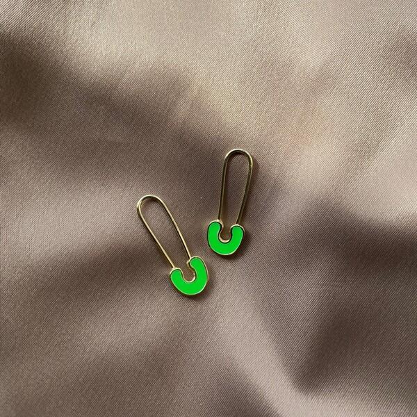 - Neon Yeşil Mineli Çengelli İğne Küpe | 925 Gümüş