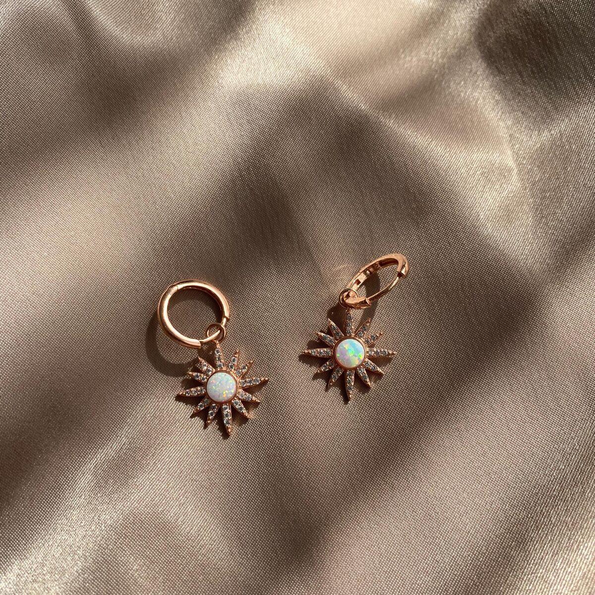 R Beyaz Opal Taşlı Güneş Küpe   925 Gümüş