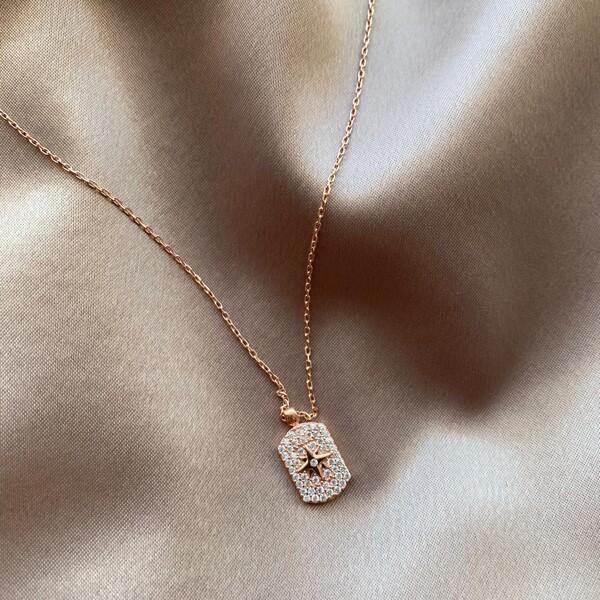 - R Beyaz Taşlı Plaka Kutup Yıldızı Kolye   925 Gümüş