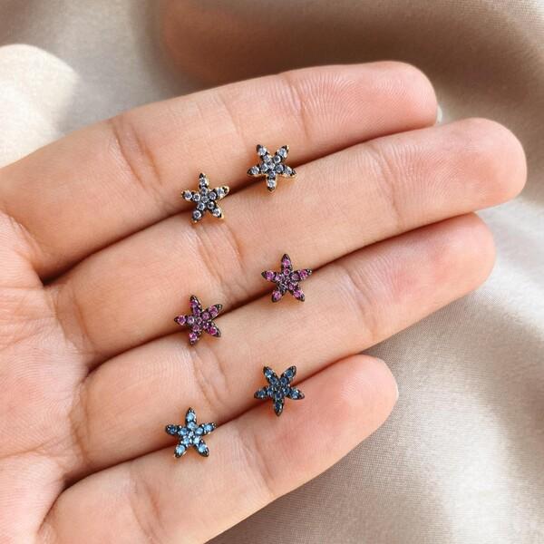 - Renkli Taşlı Küçük Çiçek Figürlü Küpe | 925 Gümüş
