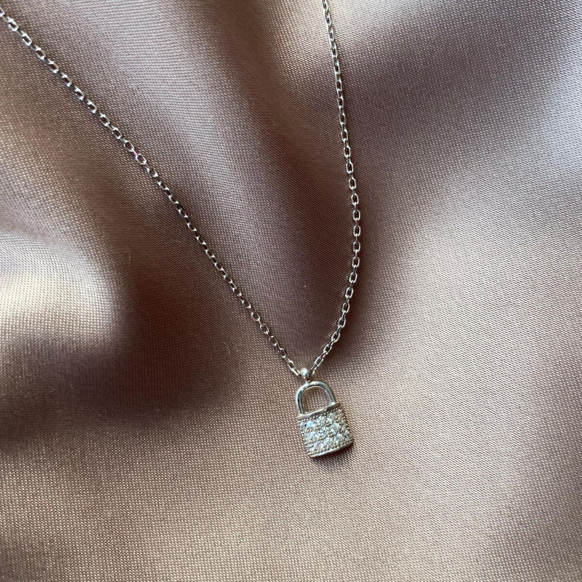 Taşlı Kilit Kolye   925 Gümüş