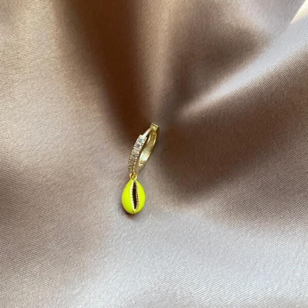 - Tekli Taşlı Halkalı Neon Sarı Mineli Deniz Kabuğu Küpe | 925 Gümüş