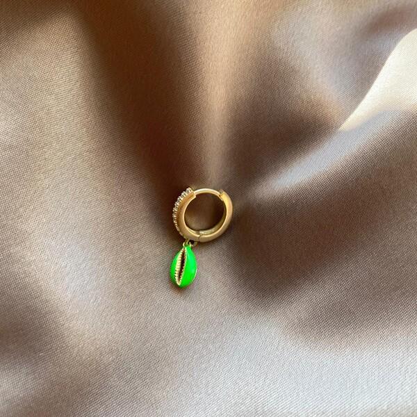 - Tekli Taşlı Halkalı Neon Yeşil Mineli Deniz Kabuğu Küpe | 925 Gümüş